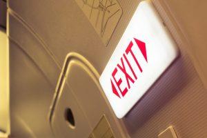 В Великобритании авиапассажир перепутал туалет с аварийным выходом