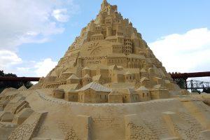 В Финляндии строят самый высокий в мире замок из песка