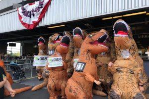 На ипподроме Сиэтла прошел забег в костюмах тираннозавров: видео