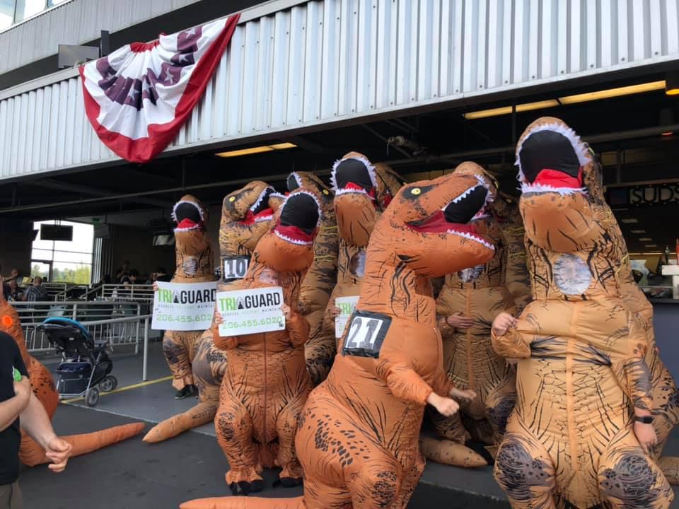 На ипподроме Сиэтла прошел забег в костюмах тираннозавров: видео.Вокруг Света. Украина