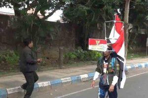 Индонезиец пройдет 800 км задом наперед, протестуя против вырубки леса