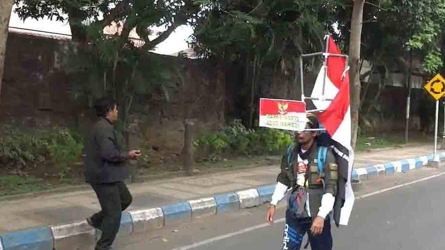 Индонезиец пройдет 800 км задом наперед, протестуя против вырубки леса.Вокруг Света. Украина