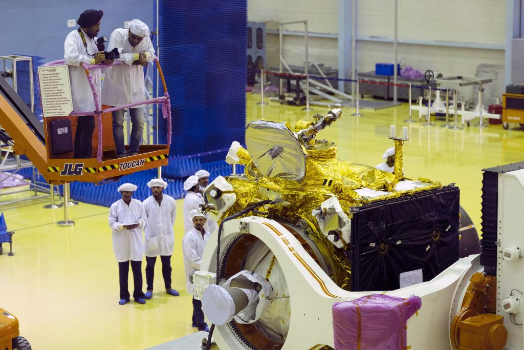 Индийская лунная миссия откладывается