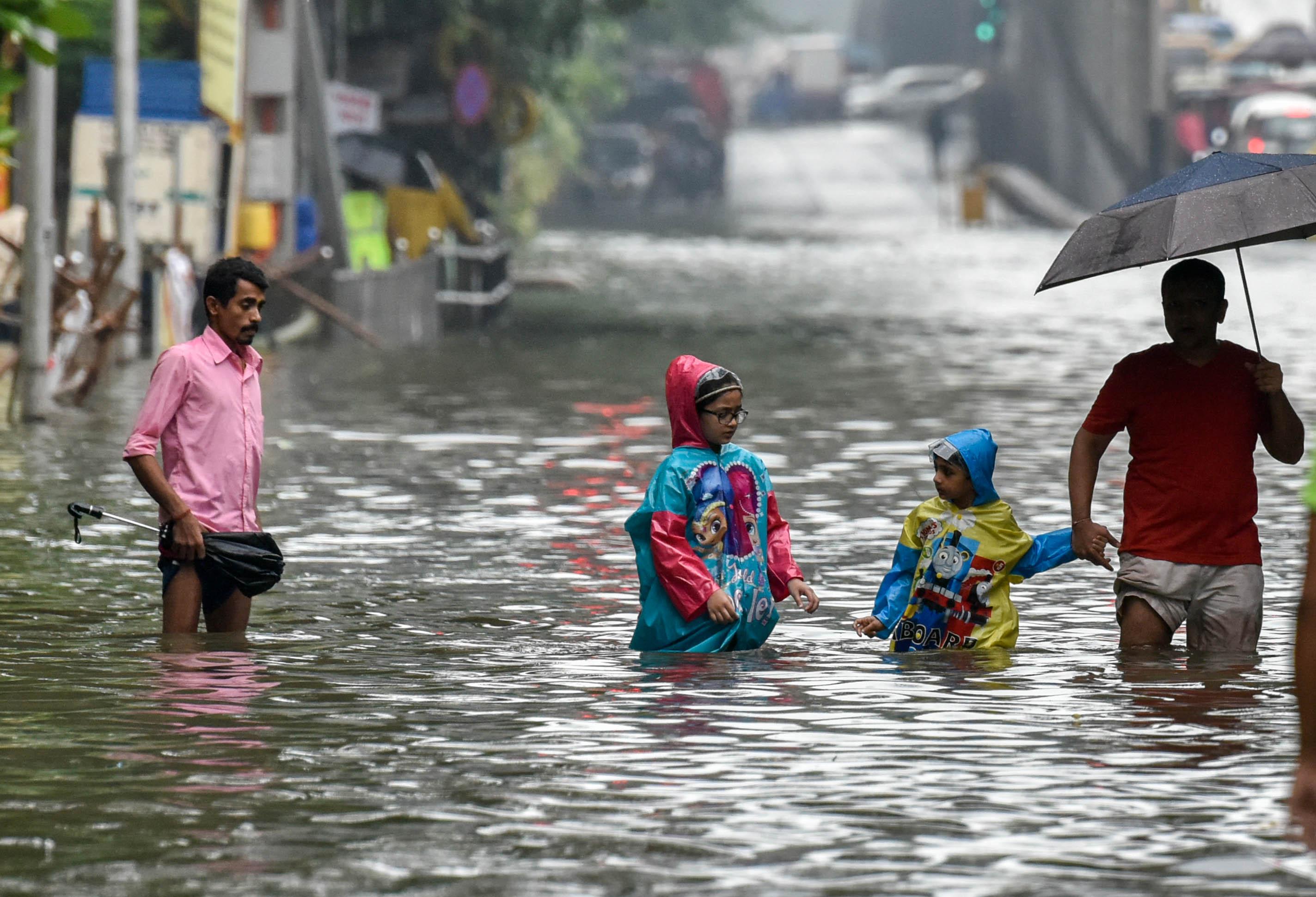 Из-за ливней в Мумбаи люди утонули на обочинах дорог