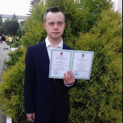 Парень с синдромом Дауна впервые получил высшее образование в Украине.Вокруг Света. Украина
