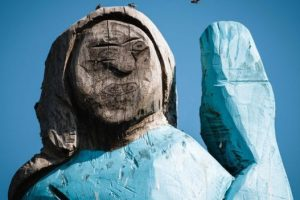 В Словении установили шаловливую статую Мелании Трамп