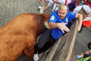 В Испании бык ранил рогами трех человек