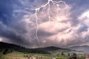 Молния ударила в спортсменку во время забега в Альпах