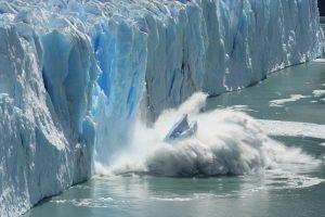 В Антарктике лед тает гораздо быстрее, чем в Арктике