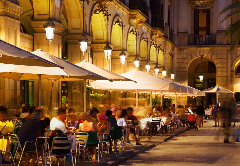В Каталонии запретили курить на открытых террасах