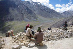 В Гималаях ремонтируют самые высотные в мире дороги