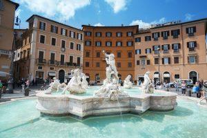 Купаться запрещено: Рим продолжает борьбу с ныряльщиками в фонтанах