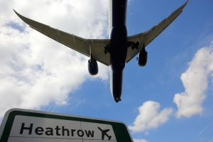 В аэропорту Лондона мальчик без билета сел в самолет