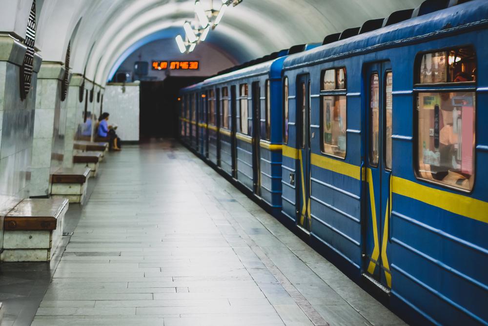 В Киеве на двух станциях метро перестали принимать жетоны