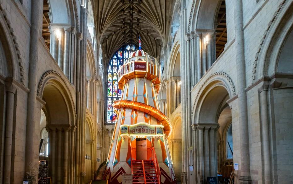 У алтаря английского собора установили аттракцион