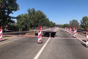 В Харькове обвалился мост над железной дорогой