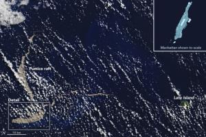 Большая глыба затвердевшей лавы движется в сторону Австралии