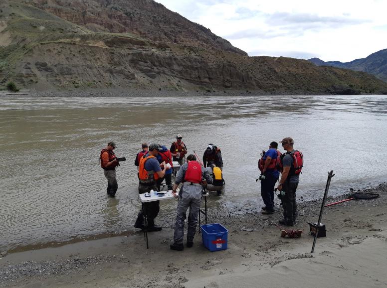 В Канаде нерестящегося лосося спасают от береговых оползней на вертолетах