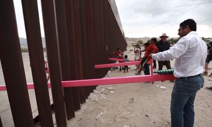 В стене на границе США и Мексики установили качели.Вокруг Света. Украина