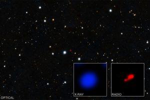 Астрономы обнаружили древнюю черную дыру за газовым облаком