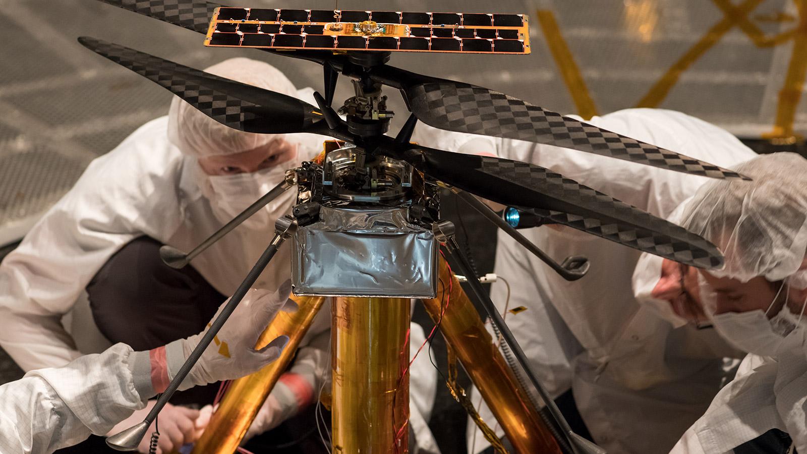 Установка первого марсианского вертолета завершилась