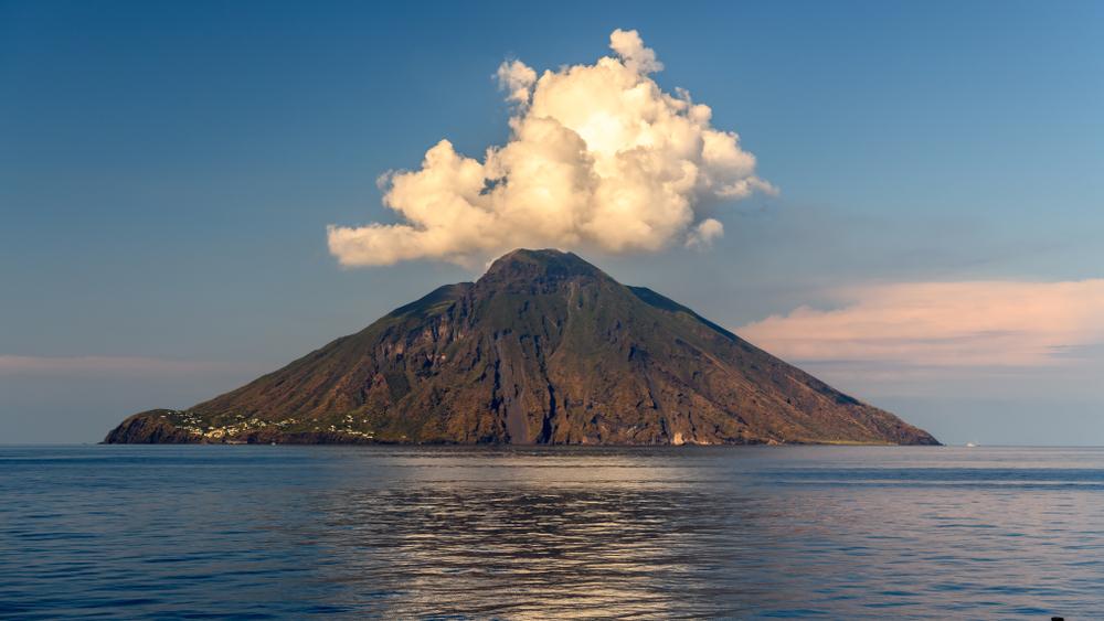 На юге Италии проснулся вулкан Стромболи