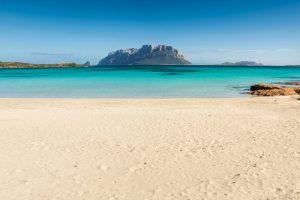 На пляжи Сардинии вернули 10 тонн песка, украденного туристами