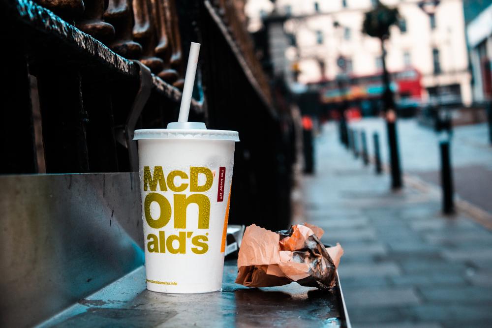 Экологические соломинки McDonald's оказались хуже пластика