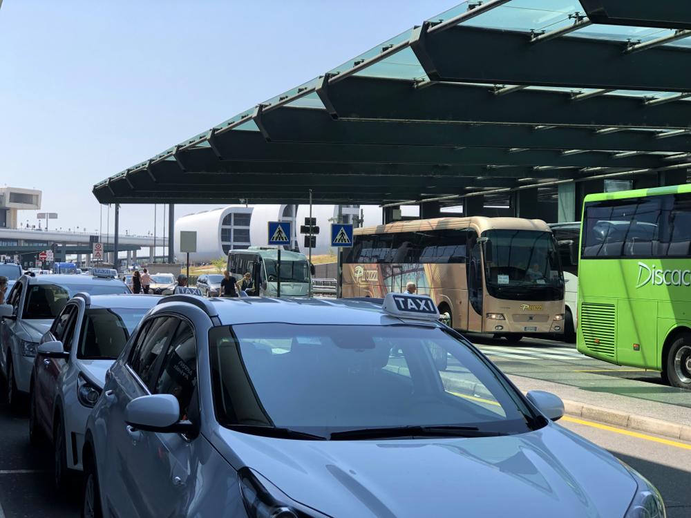 Лучше пешком: названы аэропорты с самым дорогим такси