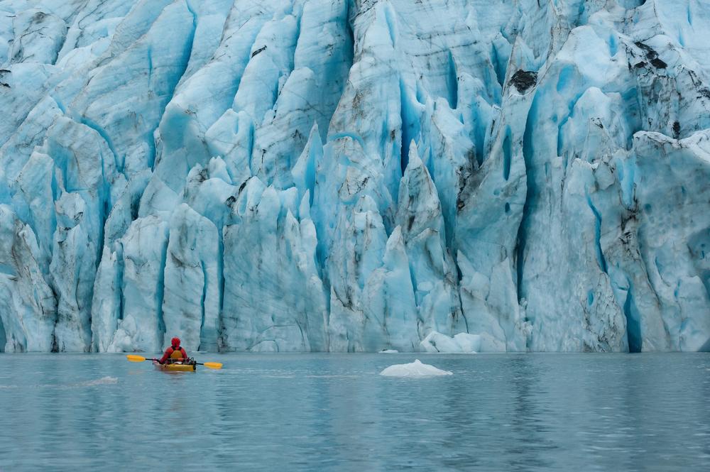 В США тающий ледник убил трех человек на лодке
