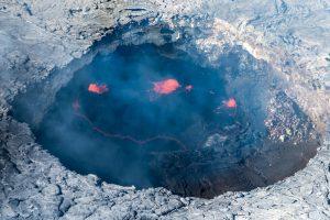 Кратер гавайского вулкана наполнился водой - ученые в недоумении