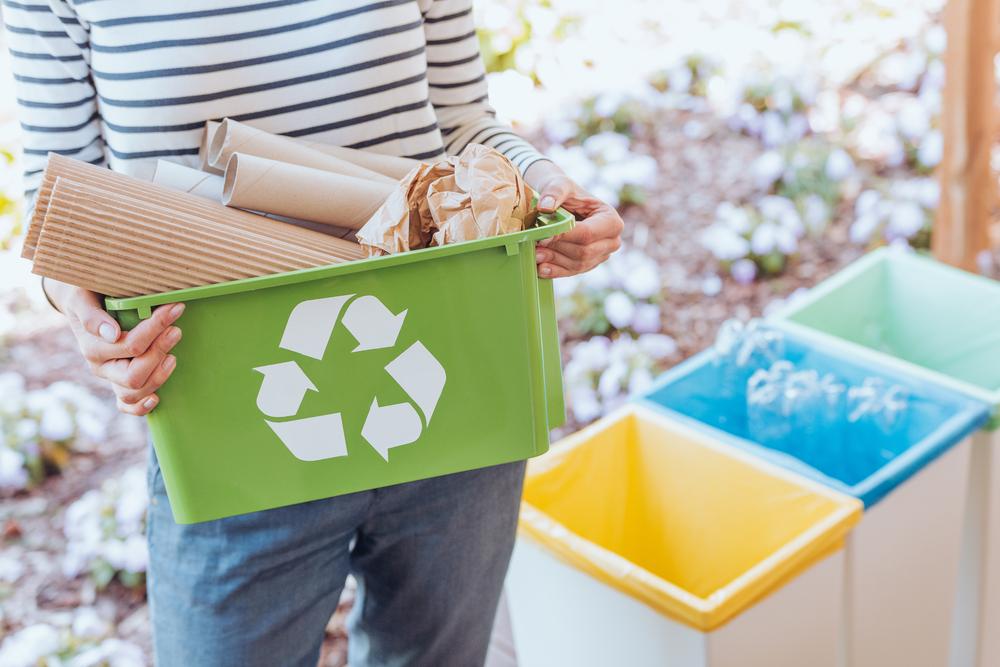 Мужчины реже сортируют мусор, чтобы не показаться женственными - ученые