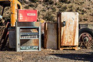 В Испании полиция наказала мужчину за то, что выбросил холодильник