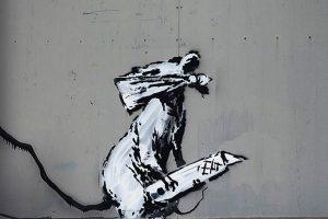 В центре Парижа похитили граффити Бэнкси