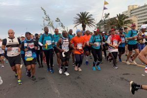 В ЮАР 20 марафонцев бежали с саженцами за спиной