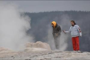 В США селфи у гейзера обернулись для туристов судебным иском