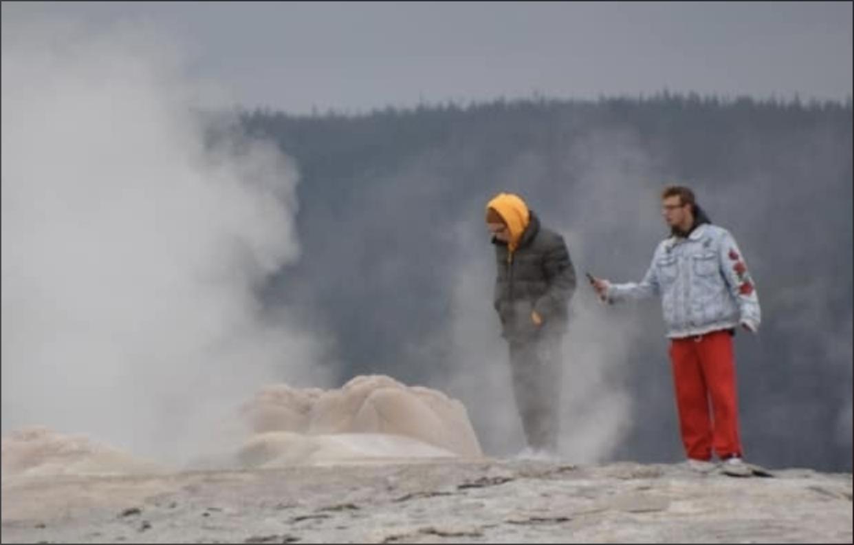 В США селфи у гейзера обернулись для туристов судебным иском.Вокруг Света. Украина