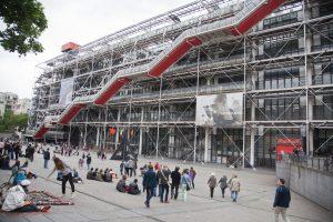 В парижском Центре Помпиду посетитель бросился с ножом на картину