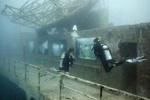 Австрийский фотограф проводит выставки под водой