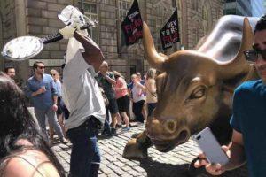 В Нью-Йорке музыкант напал на статую быка на Уолл-стрит