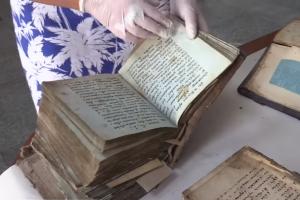Житель Черкасс нашел во дворе своего дома рукописные книги XVII века