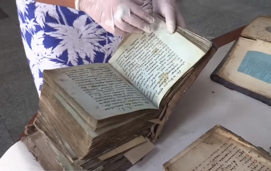 Житель Черкасс нашел во дворе своего дома рукописные книги XVII века.Вокруг Света. Украина