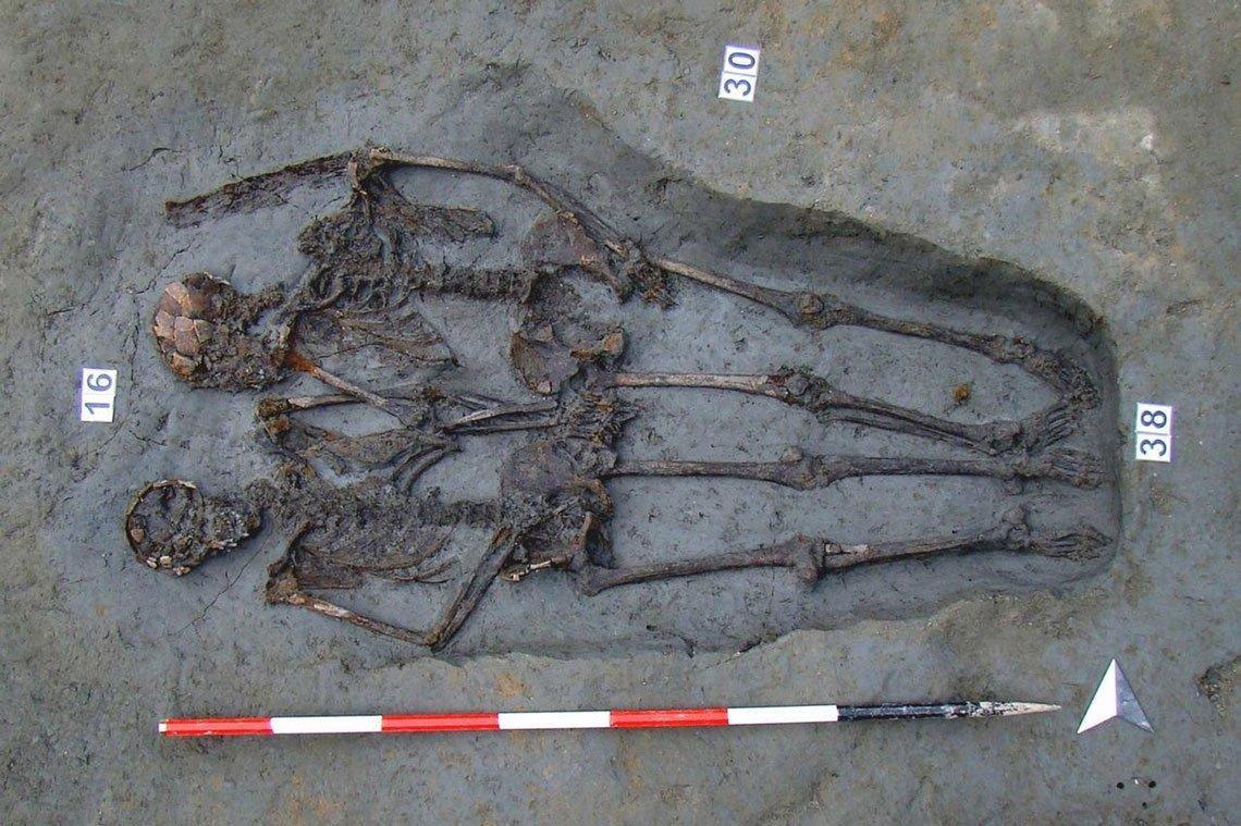 Два древних скелета, держащиеся за руки в захоронении, оказались мужчинами
