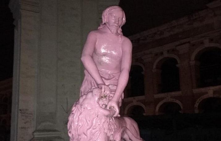 В Киеве вандалы покрасили в розовый цвет памятник Самсону.Вокруг Света. Украина