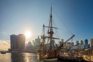 Аборигены не пускают корабль Кука к своим берегам