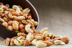 Орехи замедляют возрастной набор веса