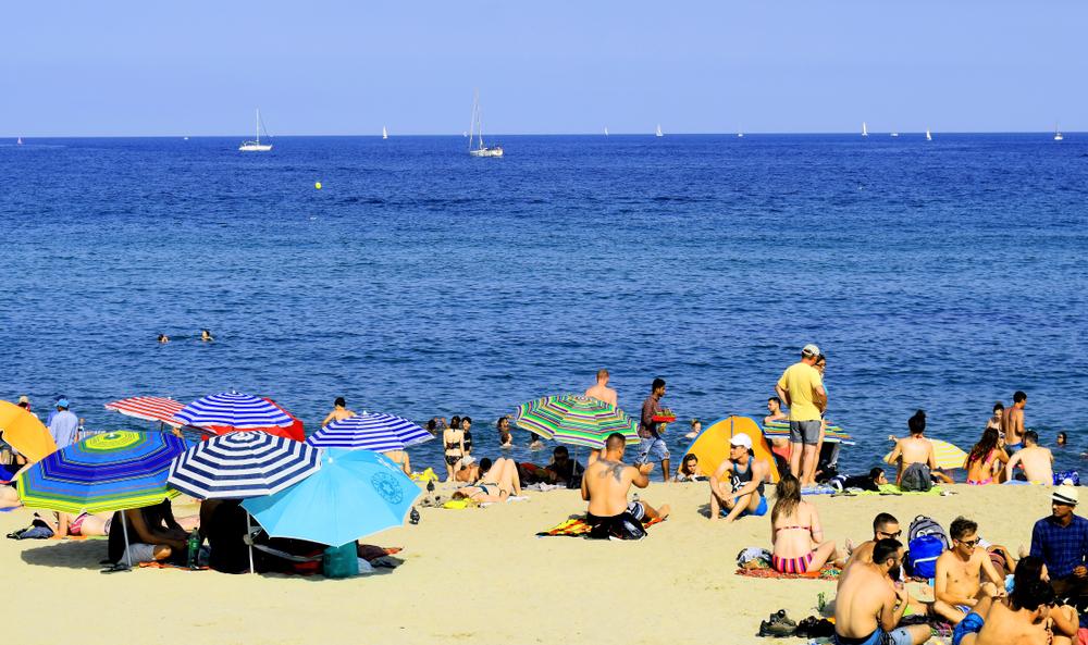 На пляжах Барселоны жертвам ограблений выдают наборы для выживания