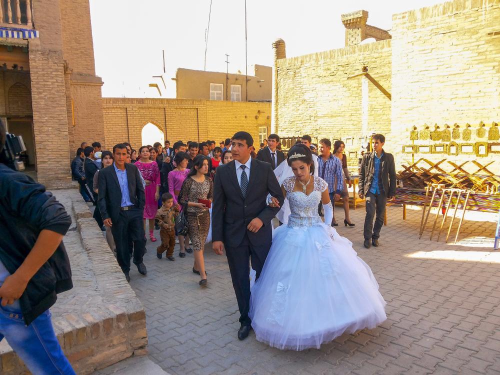 200 человек на трех машинах: в Узбекистане ограничили свадьбы и похороны