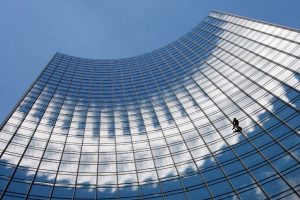 57-летний человек-паук покорил очередной небоскреб