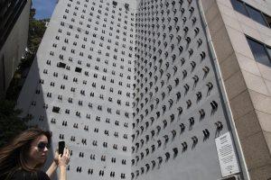 В Турции почтили память жертв домашнего насилия с помощью 440 пар туфель